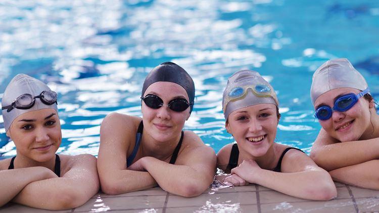 Sport- und Schwimmkurse für Teenager von 14-15 Jahre