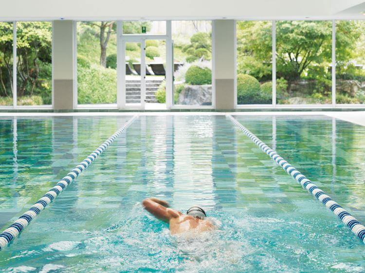 Natation aux piscines a l'Aspria Royal la Rasante