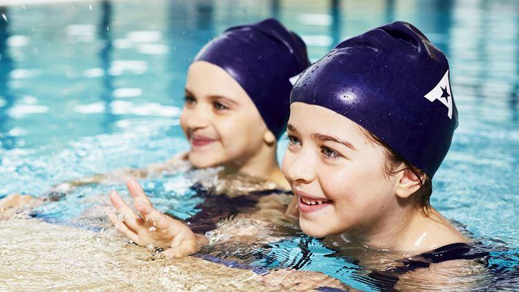 Cours de natation donnés aux enfants de 9-11 ans